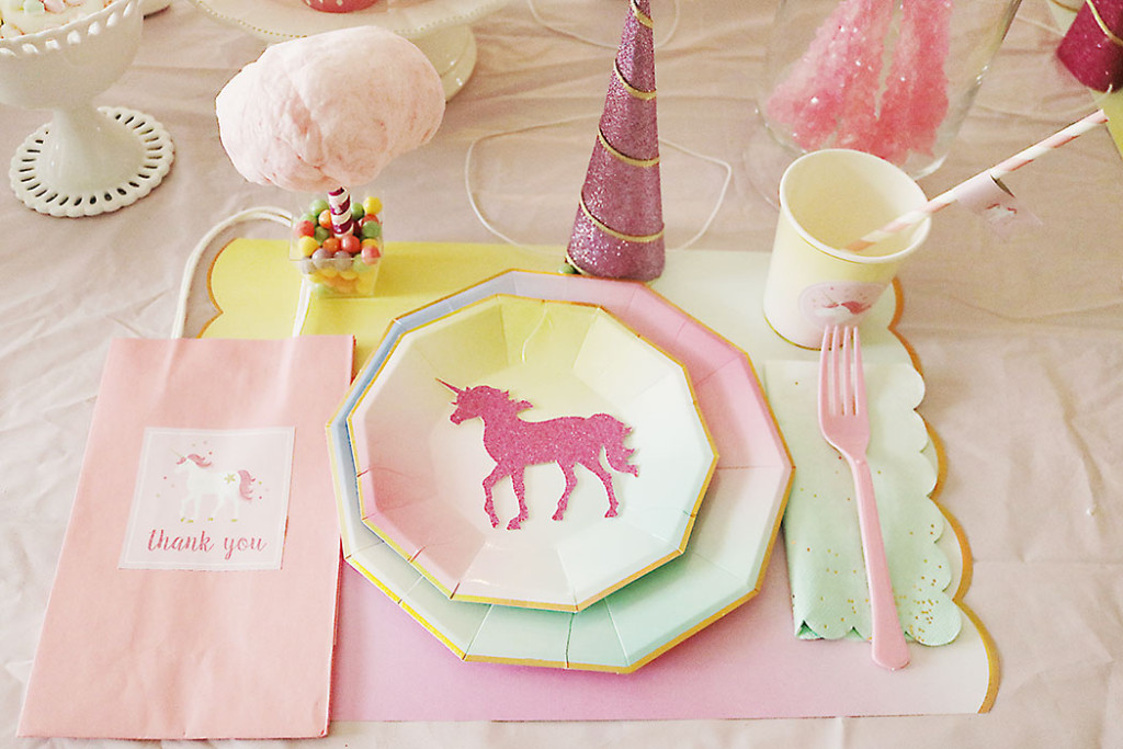 unicorn-birthday-party-table-setting-with-unicorn-silouette