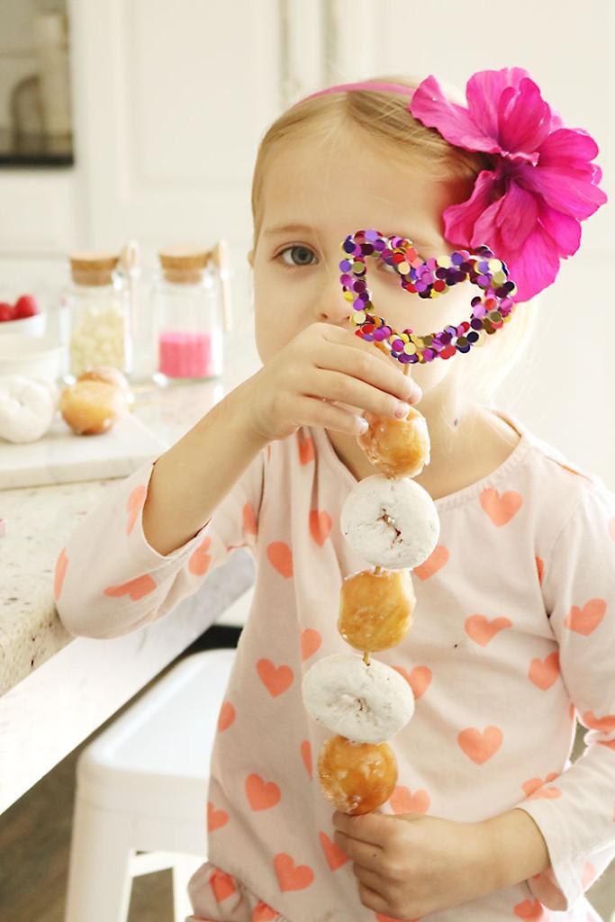 confetti-skewers cupcake topper, cake topper, aunt peaches, confetti diy, party ideas, personalized confetti toppers, fruit skewers, doughnut skewers, valentines-donut-confetti-heart-skewer