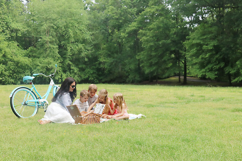 mothers-day-picnic-landscape, mothers-day-picnic-family, picnic idea, quick picnic idea, picnic for kids, photography family picnic, mother's day, mom, picnic food ideas, picnic outfit for mom and family