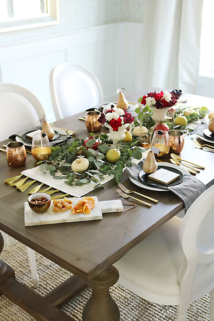 farm-to-table-thanksgiving-tablescape, farm-to-table-thanksgiving-table-decor, farm-to-table-thanksgiving-flower-and-fruit, thanksgiving centerpiece, tablescape, organic raw, fresh fruit, autumn colors, pearls, metallic pears, thanksgiving table decor, name placement,
