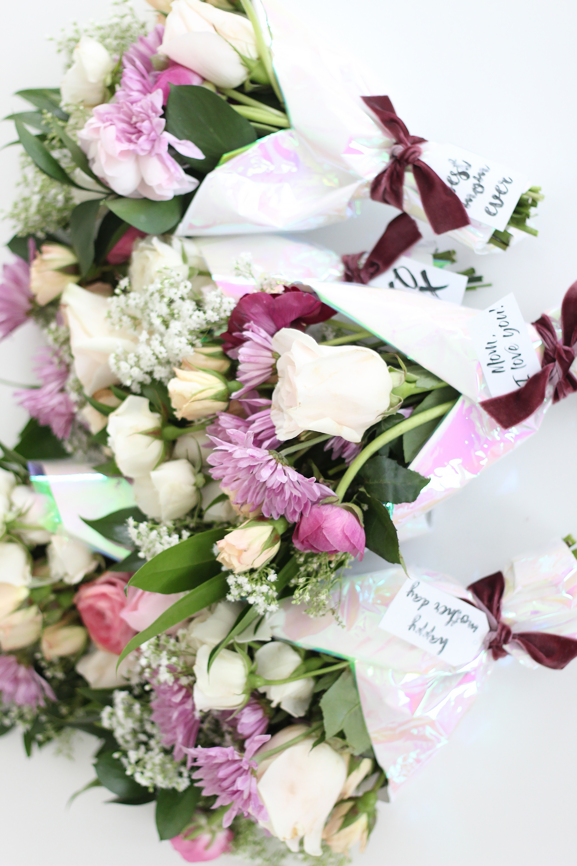 Make these beautiful Mother's Day mini flower bouquets along with our FREE Mother's Day gift tag printables as an easy way to send a message of love. || Darling Darleen