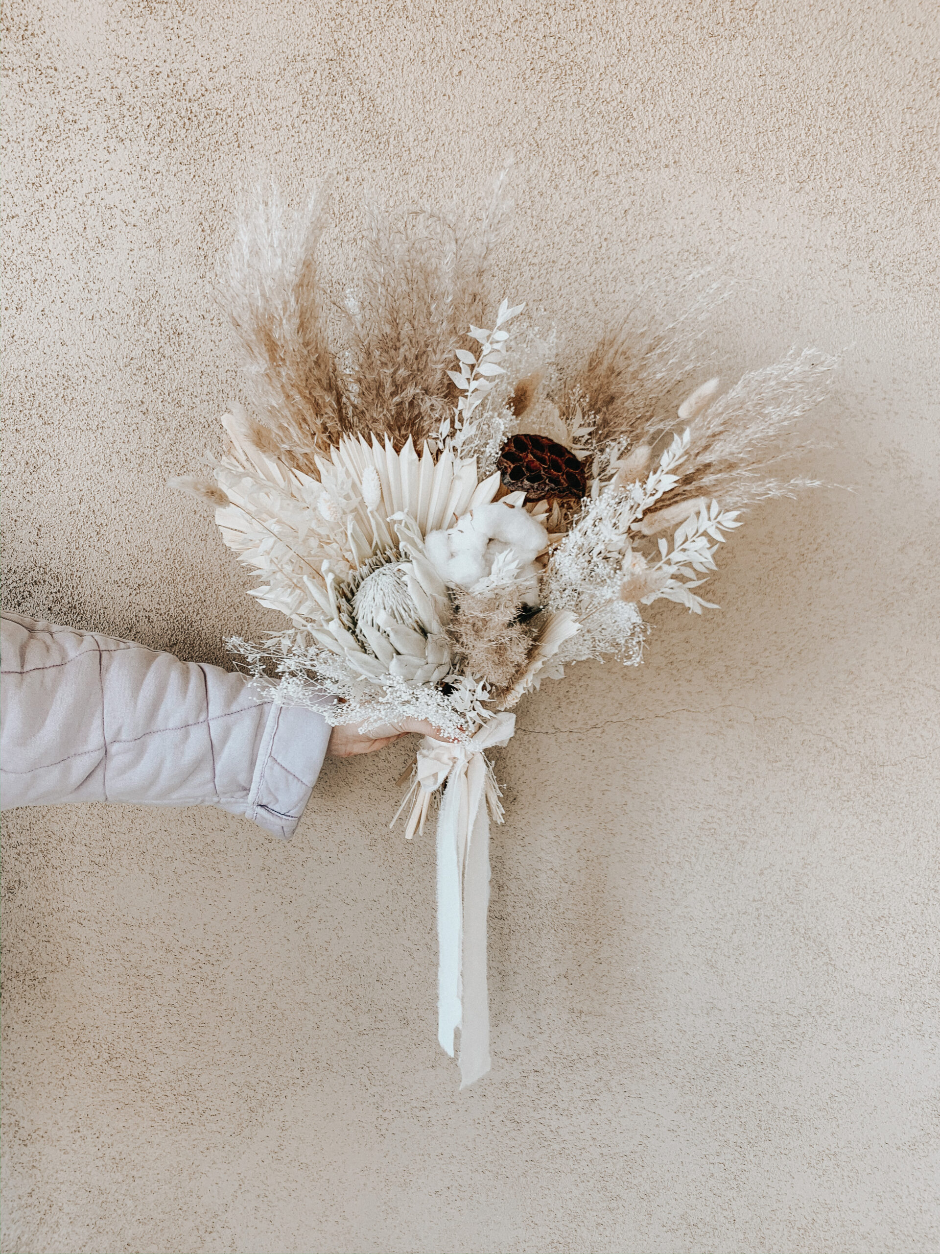 Where to find flowers for dried flower arrangements and the best flowers to choose. Pampas grass, bunny tail and protea flower arrangements    Darling Darleen Top Lifestyle Connecticut Blogger #driedflowerarrangments