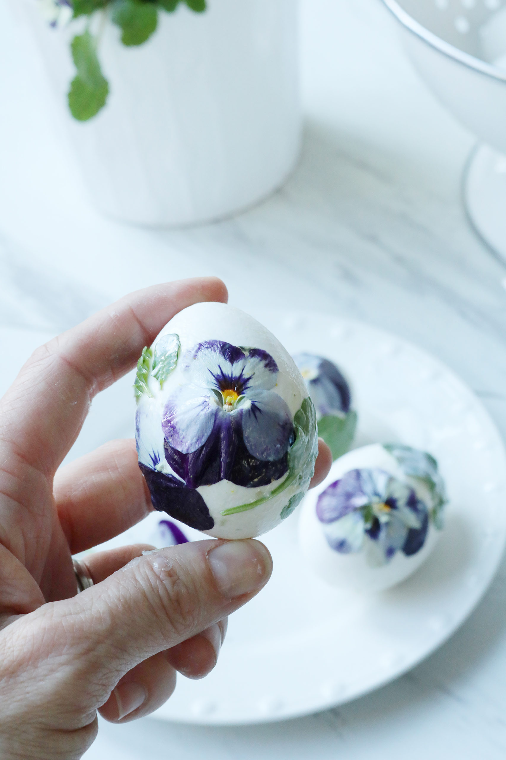 Decorate Your Easter Eggs this Year with Real Flowers and Foliage with this easy DIY flower Easter egg project || Darling Darleen