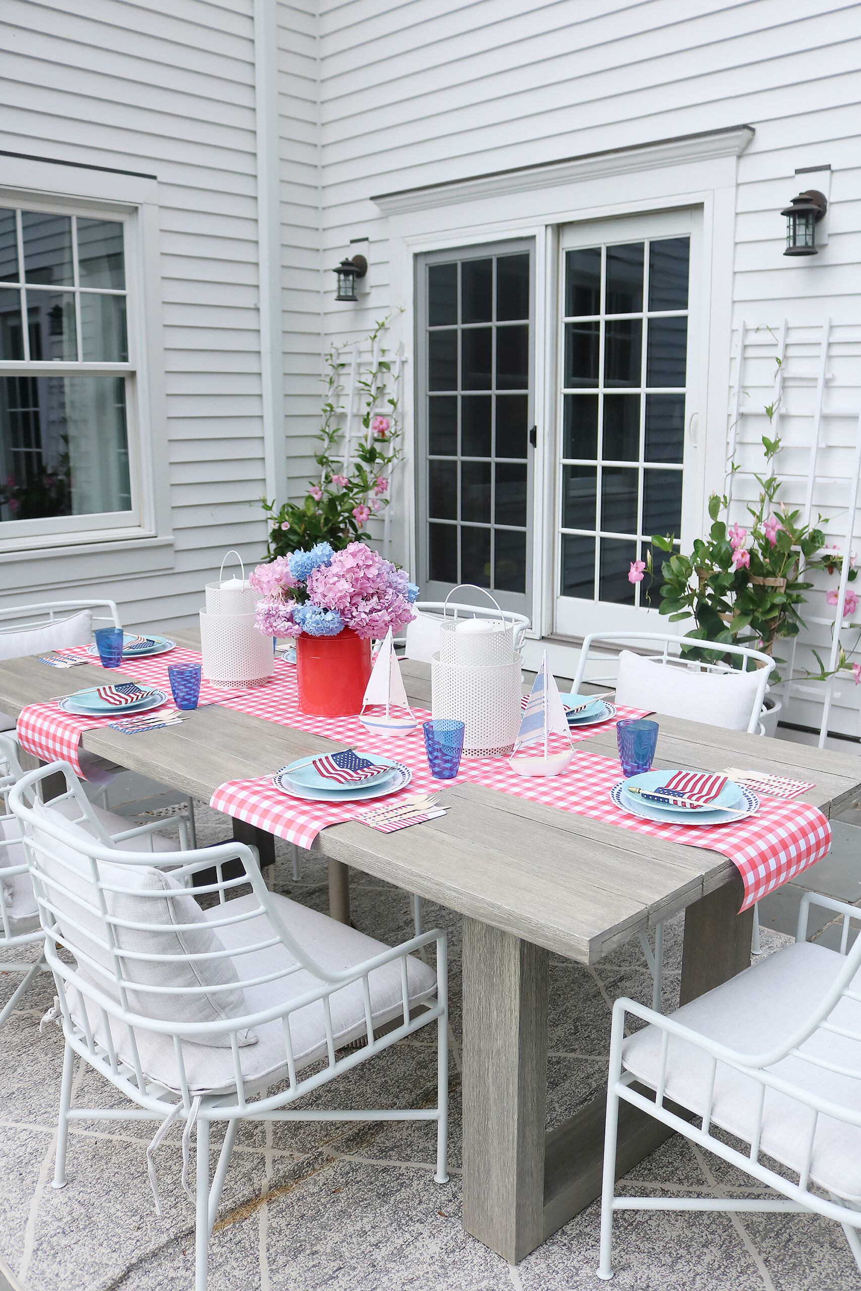 This year host a 4th of July backyard party and sharing simple budget-friendly decorating tips.  4th of july barbecue, 4th of july tablescape, minimal tablescape  || Darling Darleen Top CT Lifestyle Blogger #4thofjuly