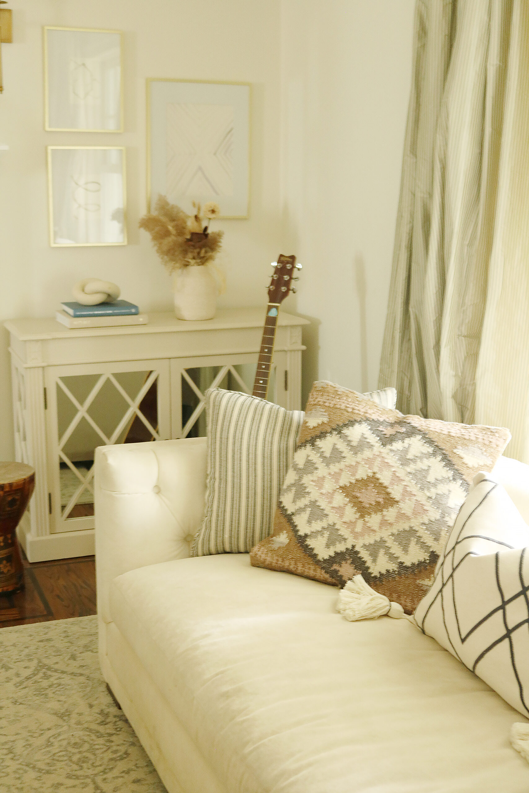 Easy Fall decorations that are simple and minimal but brings that home comfort and cozy look.  HM pillows. || Darling Darleen Top CT Lifestyle Blogger #falldecor #falldecorations #ctlifestyleblogger #darlingdarleen