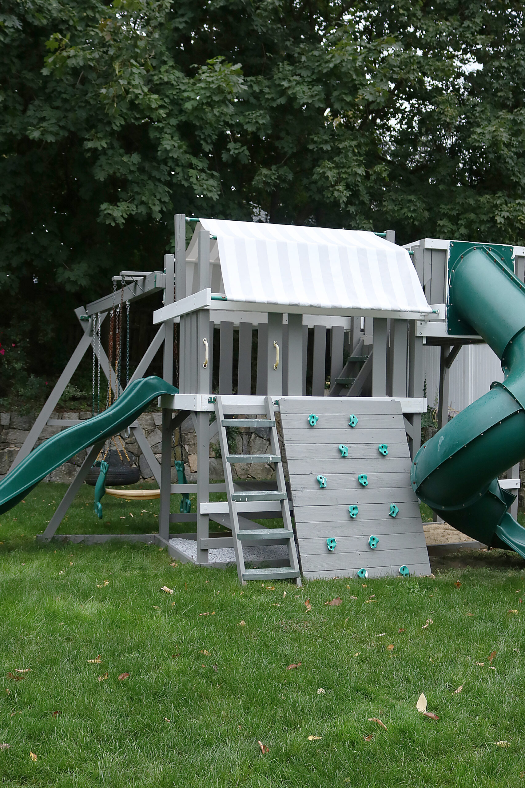 Taking our playground from drab to fab!  Check the before and afters of our backyard playset makeover while on a tight budget || Darling Darleen Top Lifestyle CT Blogger #darlingdblog