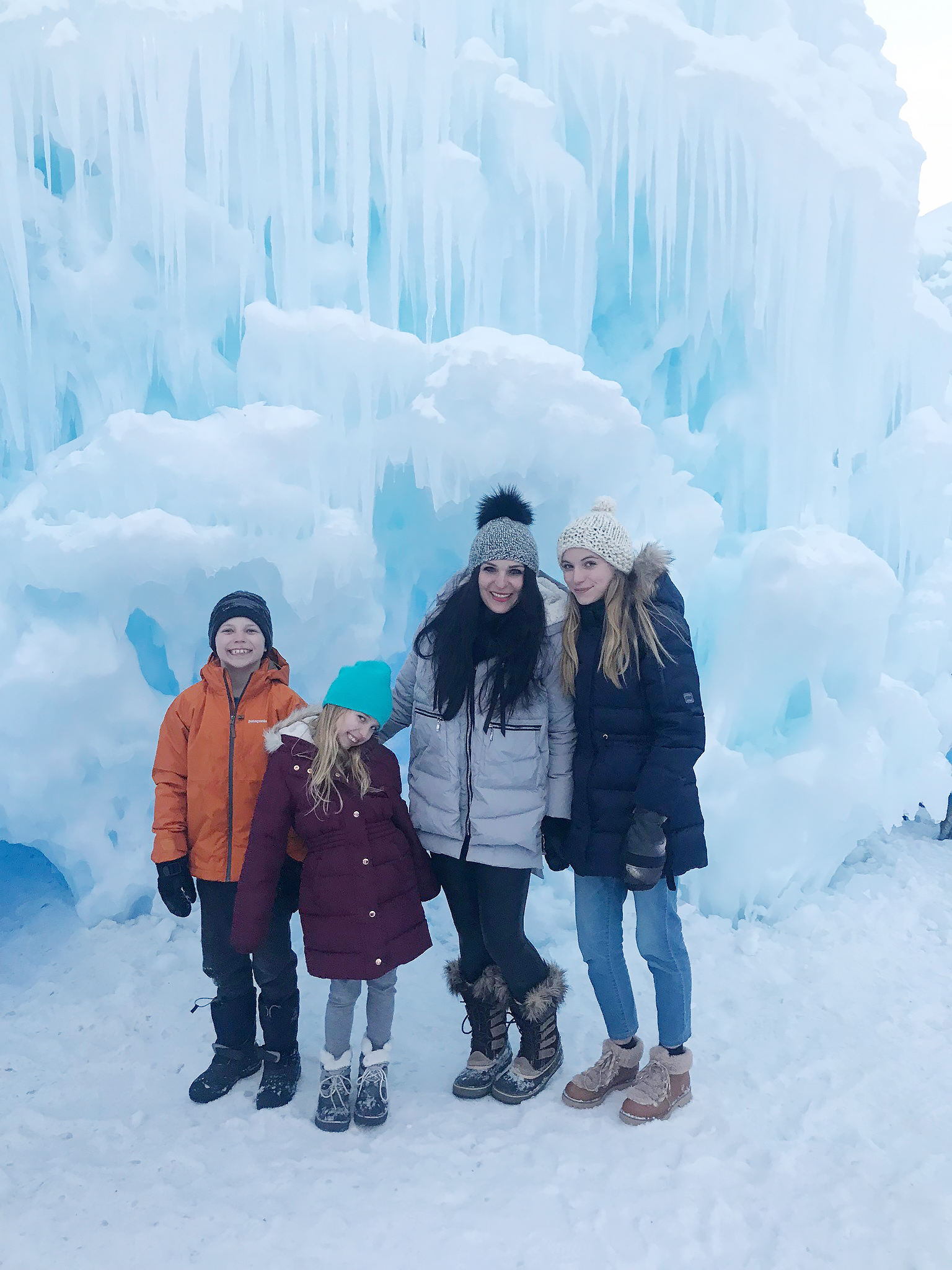 Our Utah Winter Travel Guide is out! Sharing what to Pack and where to Go for a Utah Winter Adventure. Our top 5 winter adventures! Ice Castles Midway || Darling Darleen Top CT Lifestyle Blogger