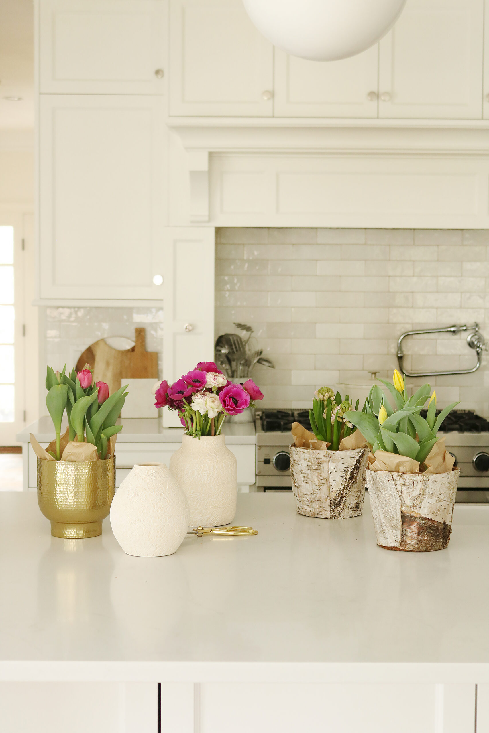 Indoor Styling with Spring Flowers with indoor pots the spring flowers, potted tulips, bring spring flowers indoors || Darling Darleen Top Lifestyle CT Bloggers #springflowers #pottedflowers